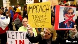 صدر ٹرمپ کا مواخذہ کرنے کے حق میں مظاہرہ۔ فائل فوٹو