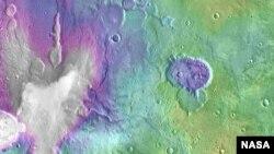 美国国家航空航天局发布的火星上心湖的照片