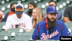 Para fans tim bisbol Houston Astros menunggu di Minute Maid Park, Texas, 13 Mei 2021. Negara bagian Texas tidak lagi mewajibkan warganya untuk mengenakan masker. (Thomas Shea-USA TODAY Sports via AP)