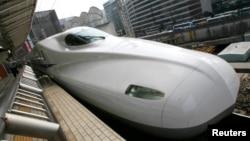 Kereta kecepatan tinggi di stasiun Tokyo, Jepang.