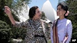 Pemimpin pro-dekomrasi Burma, Aung San Suu Kyi (kana) bersama gubernur negara bagian New South Wales Marie Bashir di Sydney, Australia (27/11).