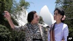 27일 호주를 방문한 버마 민주화 지도자 아웅산 수치 여사(오른쪽)가 시드니에서 마리 바시어 뉴사우스웨일스 주지사의 안내를 받고 있다.