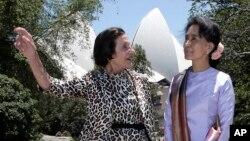 Bà Aung San Suu Kyi, phải, cùng Thống đốc bang New South Wales, Marie Bashir, tại Nhà Chính phủ ở Sydney, 27/11/2013.