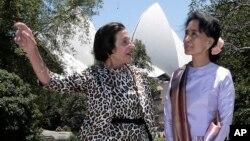 2013年11月27日悉尼: 缅甸民主领袖昂山素季(右)与澳大利亚新南威尔士州州长玛丽·巴希尔