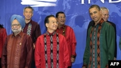 Президент Обама поруч із прем'єр-міністром Китаю Вень Цзябао. Лідери країн регіону позують для фото на Східно-азійському саміті на острові Балі, Індонезія.