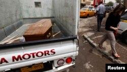 Xe tải chở quan tài của nạn nhân thiệt mạng trong một cuộc tấn công ở Baghdad, ngày 15/5/2013.