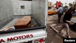 Sebuah truk mengangkut peti jenazah korban tewas dalam serangan atas toko minuman keras di Baghdad, Irak (15/5).