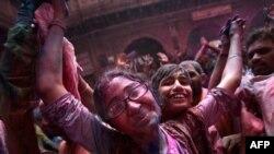 На фестивалі кольорів в Індії