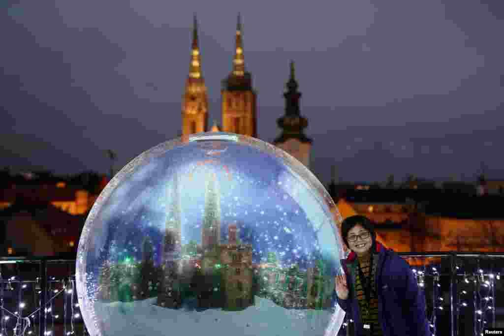 کروشیا کے شہر زیگرب میں سیاح کرسمس کے موقع پر کی جانی والی سجاوٹ کے ساتھ تصویر لیتے ہوئے