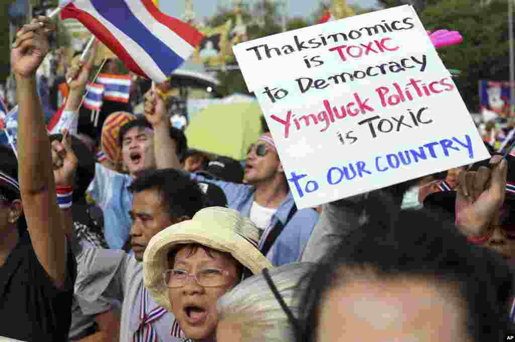 Anti-government protesters hold a banner during a demonstration in Bangkok, Nov. 11, 2013.