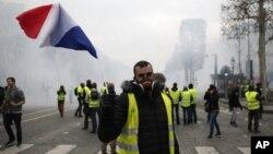 """La policía estima que participaron unos 8,000 """"chalecos amarillos"""" en esta oportunidad, lo que significaría una disminución en comparación con la semana pasada."""