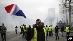 Champs-Elysees လမ္းေပၚမွာ ဆႏၵျပသူေတြကို မ်က္ရည္ယိုဗံုးသံုးၿပီးလူစုခြဲေနစဥ္။ (ဒီဇင္ဘာ ၈၊၂၀၁၈)