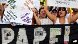 La falta de divisas ha provocado que las empresas periodísticas no puedan comprar el papel que necesitan para imprimir los diarios. Esta situación es vista como un atentado a la libertad de prensa por parte del gobierno venezolano.