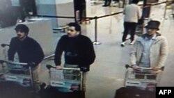 Một bức ảnh trích ra từ camera an ninh sân bay được phát hành bởi cảnh sát liên bang Bỉ theo yêu cầu của công tố viên liên bang cho thấy các nghi phạm của vụ tấn công tại sân bay Brussels, Zaventem, ngày 22 tháng 3 năm 2016.