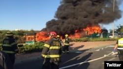 Các hình ảnh đăng tải trên truyền thông xã hội cho thấy một chiếc xe buýt màu xanh chìm trong lửa, trong khi khói đen nghi ngút bốc lên trời, và kế bên nó là một chiếc buýt khác.