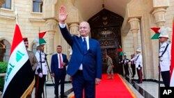 Presiden Irak yang baru terpilih, Barham Salih, melambaikan tangannya setelah upacara pelantikan di Baghdad, Irak, Rabu, 3 Oktober 2018.