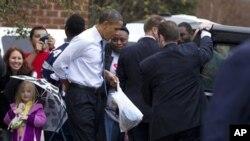 """奥巴马总统12月21日带着他的爱犬""""波""""去华盛顿郊区购物"""