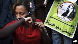 12月25日﹐一名埃及婦女在開羅解放廣場剪去她的部份頭髮﹐以示對新憲法的不滿。