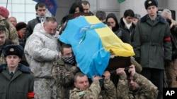 Tentara Ukraina membawa peti jenazah rekan mereka yang gugur dalam pertempuran di Ukraina timur, dalam upacara di Kyiv, Ukraina bulan lalu (foto: dok).
