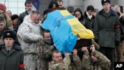 烏克蘭軍人出席一名在東部地區戰死的士兵的葬禮