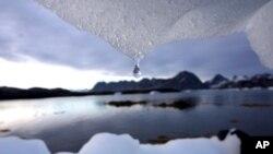 Sebuah gunung es meleleh dekat lingkaran Arktik, Kulusuk, Greenland.