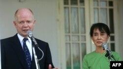 Міністр закордонних справ Великобританії Вільям Гейґ спілкується із журналістами після зустрічі із лідером демократичного руху Бірми, лауреатом Нобелівської премії миру Аунг Сан Су Чжі.