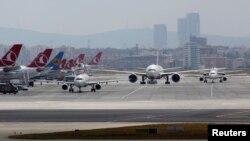 전날 자살 폭탄 테러 공격이 발생한 터키 이스탄불 공항에서 29일 항공기들이 이륙을 준비하고 있다.