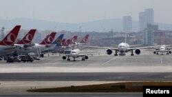 Bandara Internasional Ataturk, Istanbul, Turki (29/6).
