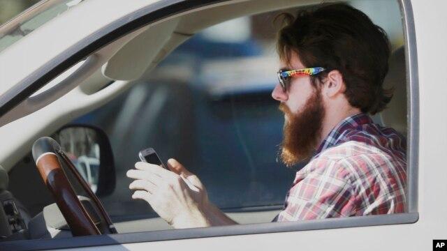 Textear mientras se conduce es una de las causas frecuentes de accidentes automovilísticos.