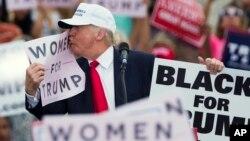 """Un comunicado de la campaña de Clinton califica las nuevas denuncias sobre el comportamiento de Trump con las mujeres como """"inquietantes""""."""
