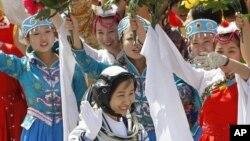 中国第一位进入太空的女航天员刘洋在出征仪式上挥手致意