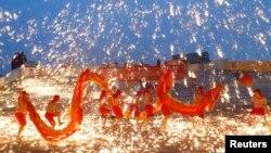 Các vũ công biểu diễn điệu nhảy rồng lửa đón năm Quý Tỵ tại một công viên ở Bắc Kinh, ngày 10/2/2013.