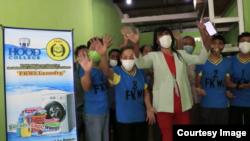 Mami Yuli (tengah) bersama beberapa anggota Forum Komunikasi Waria Indonesia (FKWI) yang ikut mengelola FKWI Laundry di Depok. (Foto courtesy: Nia English)