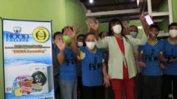 Mama Yuli (tengah) bersama beberapa anggota Forum Komunikasi Waria Indonesia (FKWI) yang ikut mengelola FKWI Laundry di Depok. (Foto courtesy: Nia English)