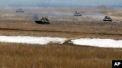 2일 우크라이나 데발트세브에서 정부군 차량이 운전하고 있다.