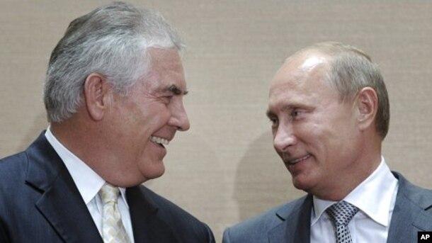 Vladimir Putin, right, y Rex Tillerson, CEO de Exxon Mobil durante la firma de un acuerdo en Sochi, Rusia, en agosto de 2011.