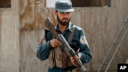Seorang polisi siaga di sebuah pos pemeriksaan di Kandahar, Afghanistan (foto: dok).