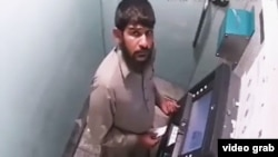 سکیورٹی کیمرے سے ریکارڈ ہونے والی ویڈیو میں دیکھا جا سکتا ہے کہ مذکورہ شخص مشین توڑ کر کارڈ نکالنے کی کوشش کر رہا ہے