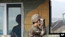 نگاه نگران کره جنوبی به همسایه شمالی اش در پی تازه ترین آزمایش موشکی پیونگ یانگ - پست مرزی بین دو کره، ۱۳ ژوئیه