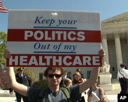 反对者打出标语:你的政治不要插手我的医保