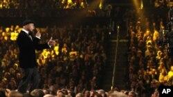 美国说唱歌手LL Cool J在洛杉矶主持今年的格莱美颁奖典礼