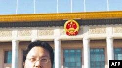 中国学者胡星斗在北京人民大会堂前