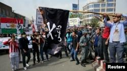 افغانستان میں مظاہرین داعش کے جھنڈے کو نظر آتش کر رہے ہیں۔ فائل فوٹو