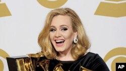 英國節奏布魯斯歌手阿黛爾星期天在洛杉磯舉行的第54屆格萊美頒獎典禮上囊括了她6項提名的全部獎項。