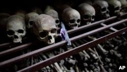 Des crânes et des ossements de quelque 10 000 Tutsis tués lors d'un massacre de deux jours à l'église Nyamata pendant le génocide de 1994 sont affichés dans une crypte derrière l'église, maintenant un mémorial à l'église Génocide, au Rwanda, 27 septembre 2009.