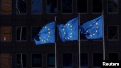 Tres banderas de la UE ondean frente a la sede de la Comisión Europea, en Bruselas, el pasado 19 de febrero de 2020.