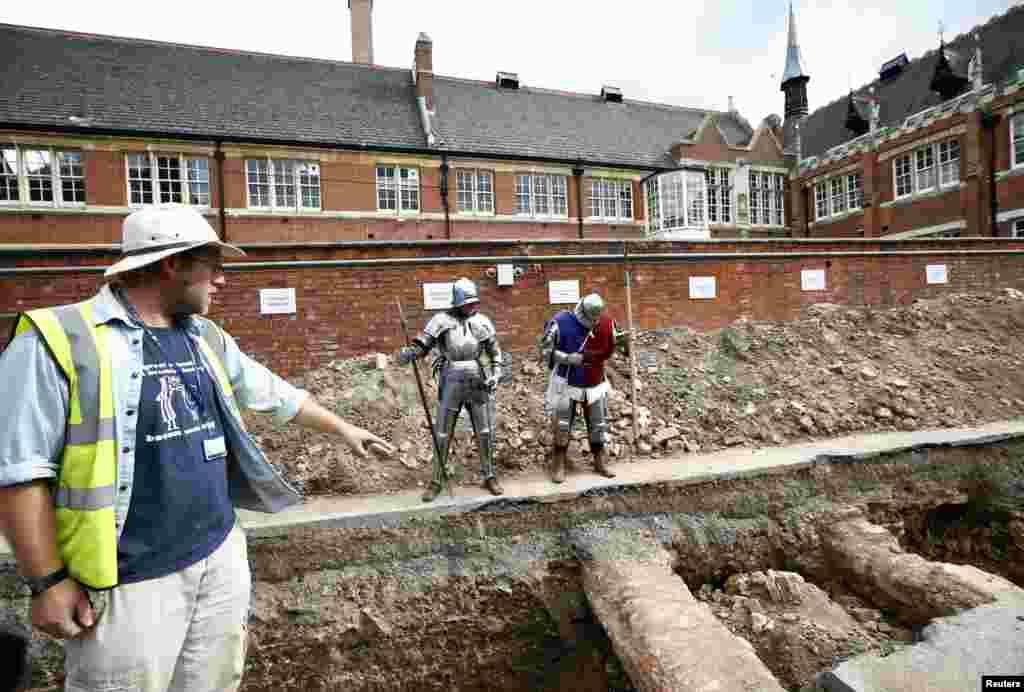 Nhà khảo cổ học Mathew Morris chỉ về hướng nơi ông tìm thấybộ xương trong một cuộc khai quật để tìm kiếm hài cốt của vua Richard III ở Leicester, miền Trung nước Anh, ngày 12/9/2012.