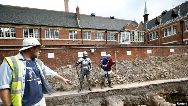 Arheolog Metju Moris pokazuje mesto na kome su pronađeni posmrtni ostaci kralja Ričarda trećeg