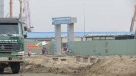 Không chỉ canh phòng nghiêm ngặt ở xung quanh khu vực dự án, mà mỗi cụm công trình còn có hàng ràng bằng tôn và cổng ra vào được bảo vệ nghiêm ngặt.