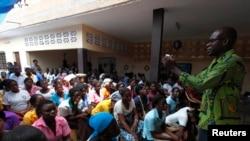 Des jeunes femmes participent à une discussion sur les violences sexuelles ainsi que la prévention du VIH à Agoe-Nyive, dans la banlieue de Lomé, Togo, le 15 avril 2013.